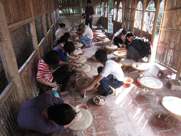 Tự tay nặn những sản phẩm yêu thích từ làng Gốm Bát Tràng