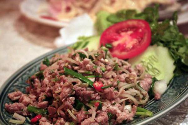 Món láp người Ve chủ yếu làm từ thịt gà